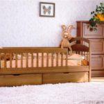 детская деревянная кровать с защитными бортиками