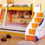 двухъярусная кровать с защитным бортиком наверху