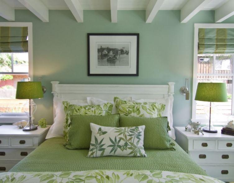 спальня в зеленых и белых тонах