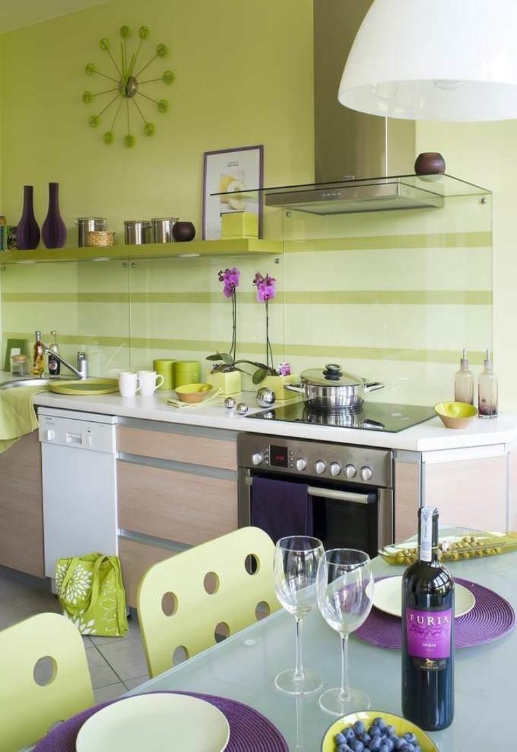 зеленый интерьер с фиолетовыми акцентами
